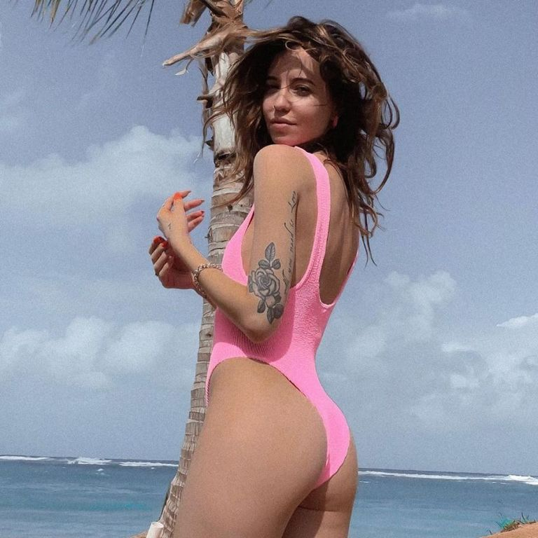 Надя Дорофеева показала горячие фото в розовом бикини